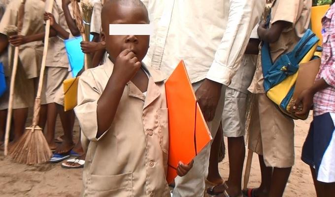Ce petit garçon qui fait ses premiers pas à l'école à droit à une éducation de qualité