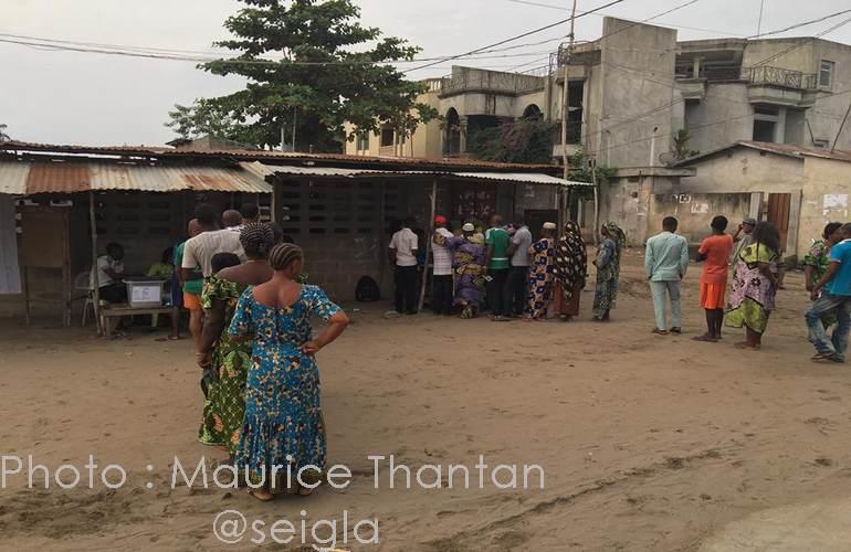 Dès les premières minutes de l'ouverture du vote, des files d'attente se sont formées, à Sèmè-Podji, près de Cotonou.