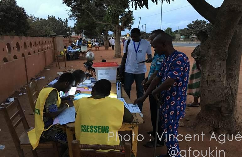 Un poste de vote prêt avant 7 heures. Quelques électeurs sont déjà présents. Abomey-Calavi le 6 mars 2016.