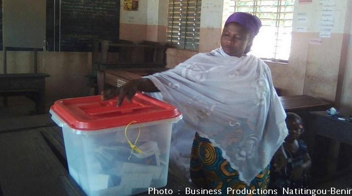 Une femme glisse son bulletin dans l'urne pour le second tour de la présidentielle béninoise le 20 mars 2016 à Natitingou (Nord du Bénin)