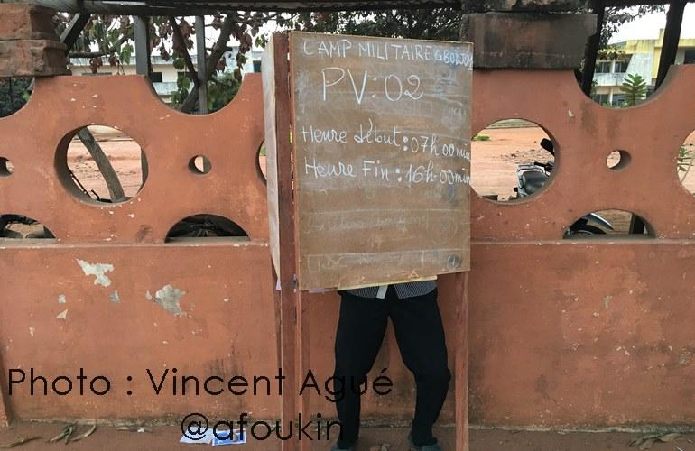 Un électeur dans l'isoloir de vote le 6 mars à Abomey-Calavi. Il était le premier votant, arrivé très tôt.